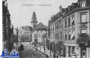Die damalige Friedrichstraße um 1919, am Ende der Straße findet sich das umgestaltete Rathaus mit Turm.