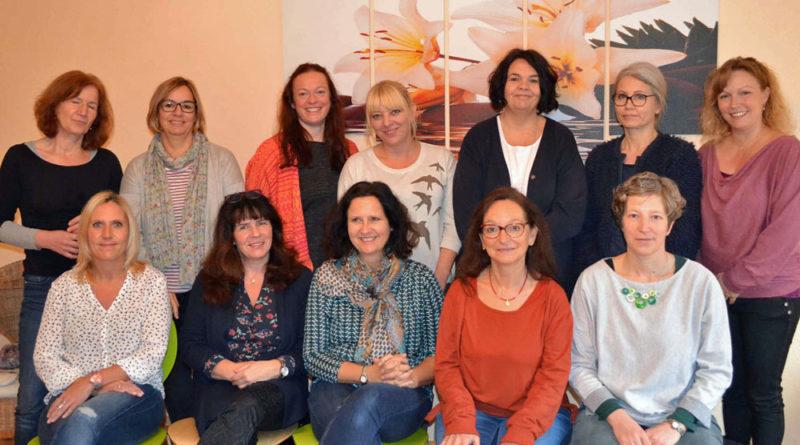 (von vorne rechts) Dr. Gesine Thünenkötter und Eveline Zobel von der Koordinierungsstelle Frühe Hilfen im Regionalverband Saarbrücken mit den Familienhebammen des Netzwerks, Foto: Lars Weber