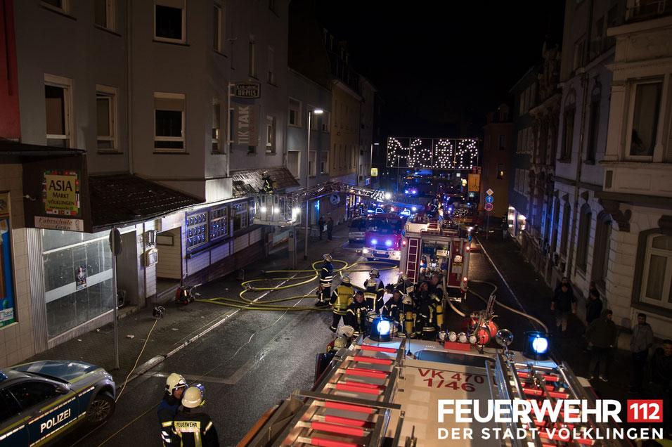 Die eigentlich gemeldete Explosion stellte sich als zerborstener Druckminderer heraus, wonach sich das ausströmende Gas entzündet und das Feuer auf die Einrichtung übergegriffen hatte. (Foto: Feuerwehr Völklingen)