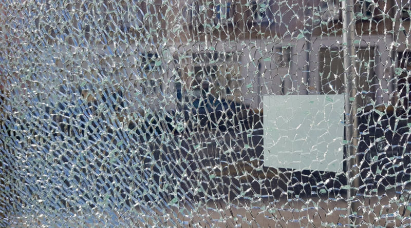 """""""Gesprungenes Glas"""" von www.voelklingen-im-wandel.de ist lizenziert unter einer Creative Commons Namensnennung 4.0 International Lizenz."""