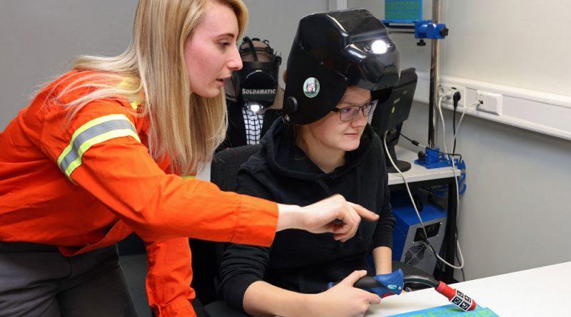 Die Saarstahl-Auszubildende Nadine Pace, links, erklärt Michaela Zeyer, Teilnehmerin am Girls Day, die Handhabung des Schweißsimulators. (Foto: Saarstahl AG)