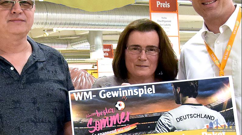 Globus-Geschäftsleiter Oliver Kirch (rechts) überreichte ihm am Dienstag, 26. Juni den Hauptgewinn, ein großes WM-Outdoor-Paket. (Foto: Globus)