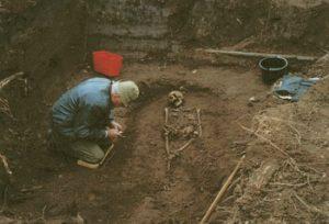 Durch einen Knochenfund bei Aushubarbeiten wurde man wieder auf die Martinskirche und den sie umgebenden alten Friedhof aufmerksam. (Foto: SZ/Archiv BI Alter Brühl)