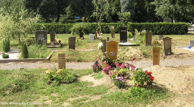Grabfeld auf dem Hauptfriedhof Karlsruhe | By Ikar.us [CC0], from Wikimedia Commons