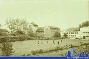 Sportplatz hinter dem alten Verwaltungsgebäude