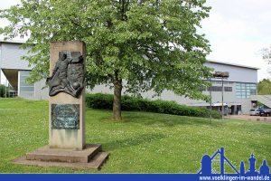 Die Hermann-Neuberger-Halle mit Neuberger-Denkmal (Foto: Hell)