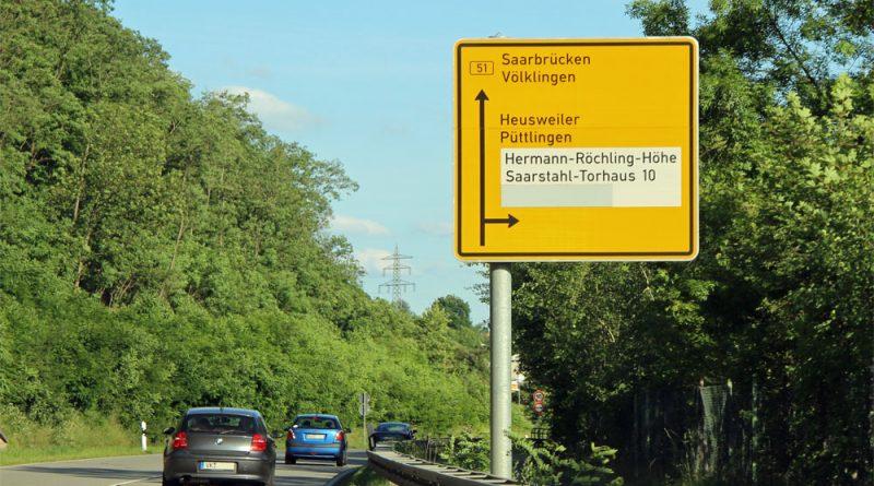 Die Umbenennung der Hermann-Röchling-Höhe in Röchlinghöhe hat vielseitige Folgen: Auch an der B51 dauerte es länger bis der Name aktuallisiert war. (Archivfoto: Hell)