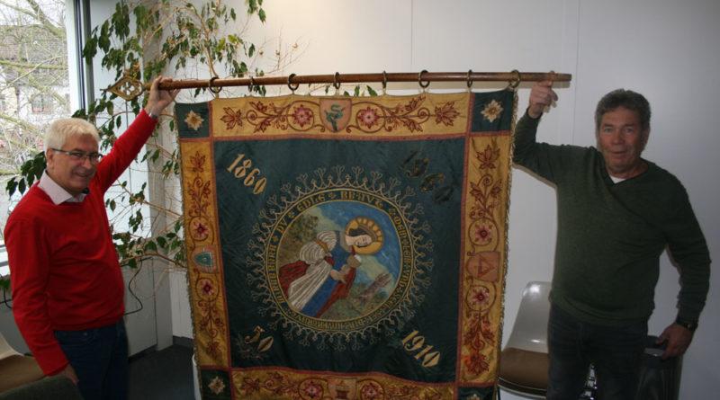 """Die Fahne gehörte einst dem """"Sankt Barbara Verein Wehrden"""" von 1860, der heute nicht mehr besteht. """"Mein Leib und Seel sei Dir anvertraut, Du edle Braut"""" steht auf der einen Seite – wobei in der Mitte die Heilige Barbara mit Kelch zu sehen ist. (Foto: Stadt VKL)"""
