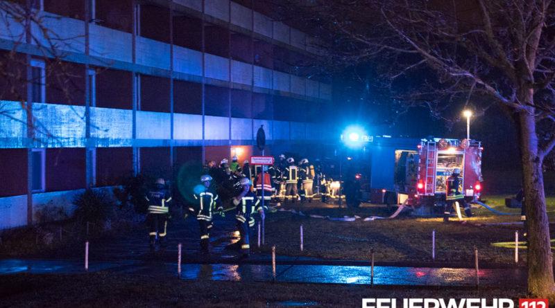 Die Einsatzkräfte begannen sofort mit der Brandbekämpfung durch den Haupteingang des Gebäudes. (Foto: Feuerwehr VKL)