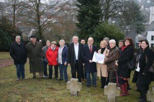 Übergabe der Zuwendungen auf dem Hugenottenfriedhof in Ludweiler (Foto: Stadt VKL)