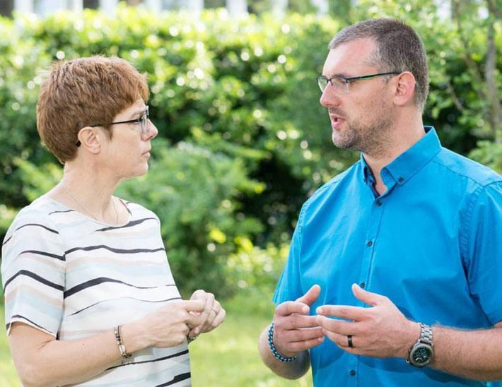 Im Gespräch mit Ministerpräsidentin Annegret Kramp-Karrenbauer: Kevin Frank (Foto: Frank/CDU)