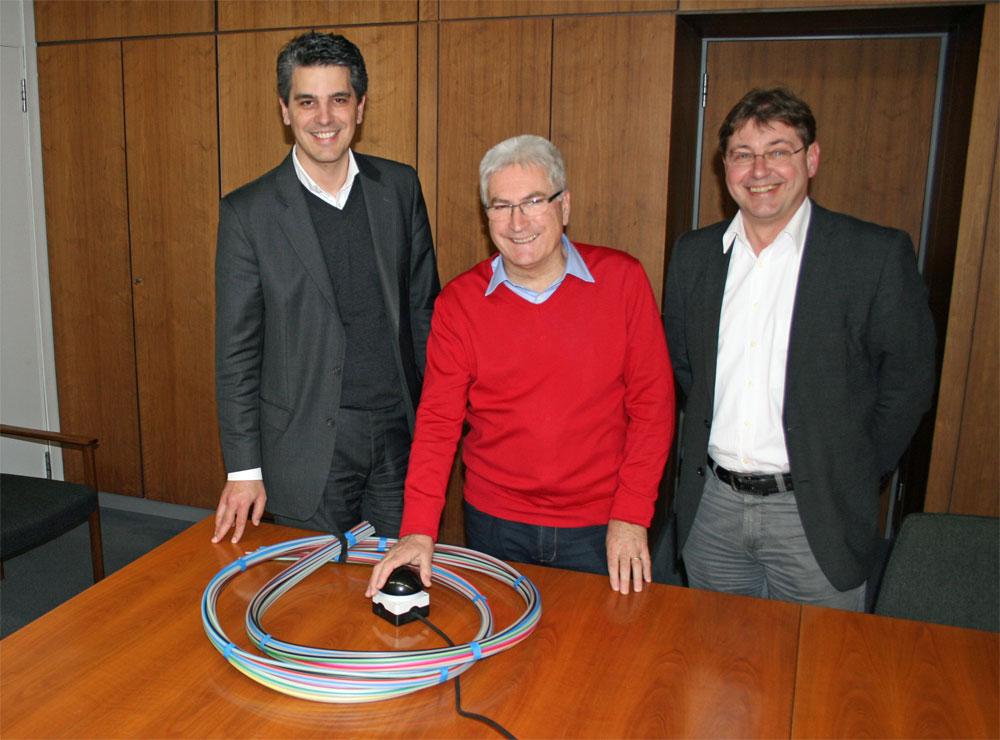 Oberbürgermeister Klaus Lorig(m.) mit David Zimmer von der Firma Inexio(links) sowie Dr. Martin Alt(Stadt Völklingen). Foto: gri