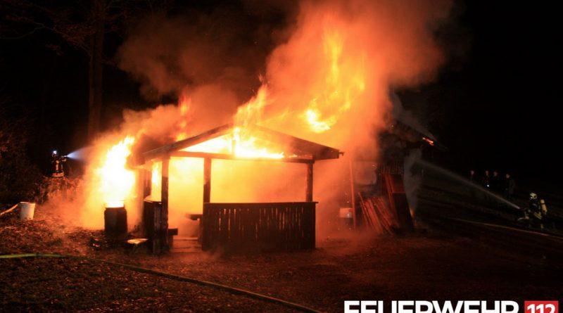 Die Feuerwehr Völklingen wurde zu einem Brand einer Waldhütte in die Langwiesstraße gerufen. Bei Eintreffen der Einsatzkräfte stand die Hütte bereits in Vollbrand. Die Feuerwehr löschte den Brand mit 4 C-Rohren ab. Da die Einsatzstelle abseits des Hydrantennetzes lag, musste die Wasserversorgung über eine Länge von ca. 500m aufgebaut werden. Nach Ablöschen von Glutnestern konnte die Einsatzstelle an die Polizei übergeben werden. (Foto: FFW VKL)