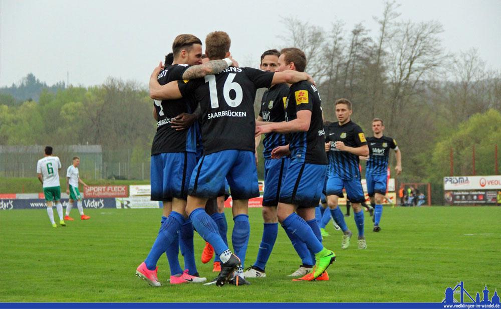 Die Spieler des 1.FC Saarbrücken bejubeln das 3:0 (Foto: Hell)
