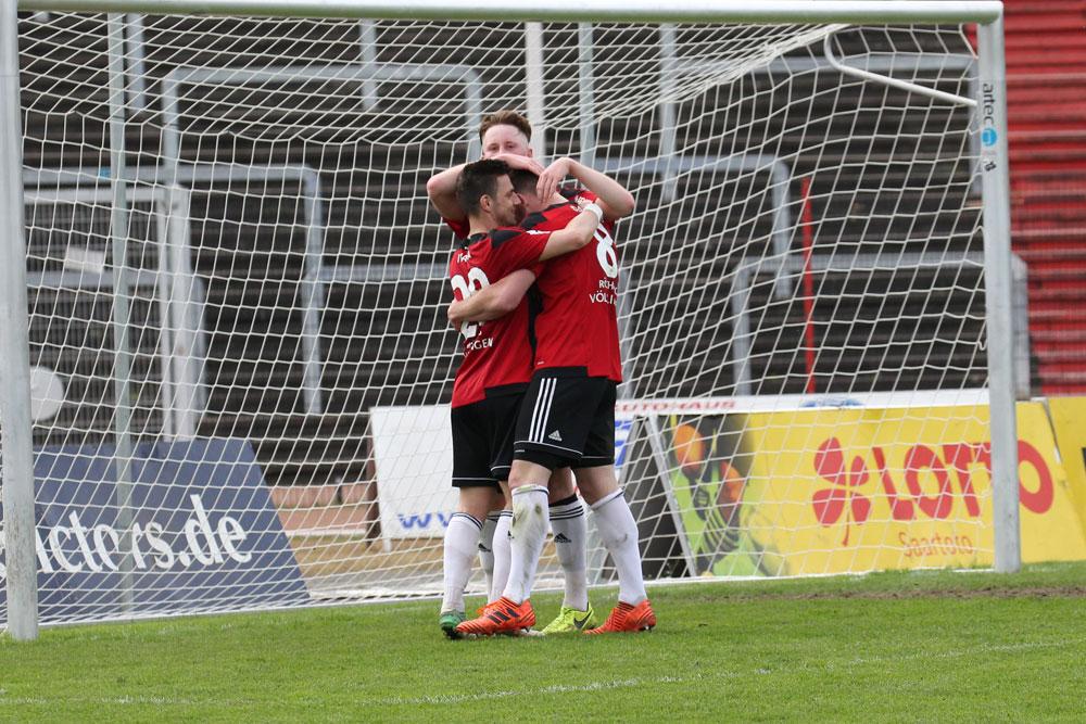 Endlich konnten die Spieler des SV Röchling Völklingen mal wieder einen Sieg bejubeln (Foto: Hell)