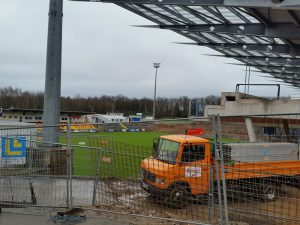 Das Waldstadion an der Kaiserlinde in Elversberg, hier ein Archivfoto der Baustelle 2015, wäre aktuell wohl die einzige Arittliga-Alternative für den FCS. (Foto: Hell)