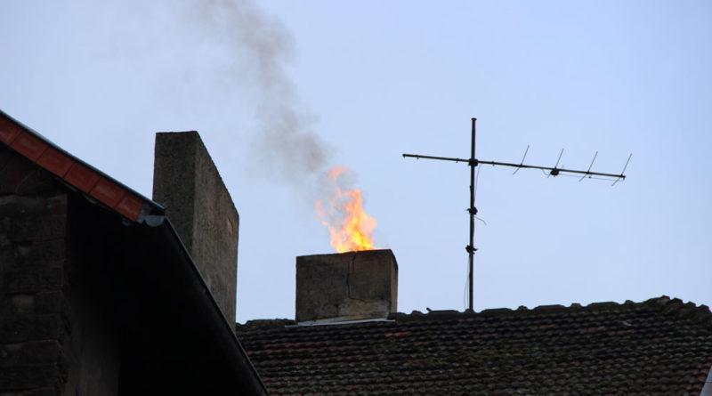 Kaminbrände werden meistens von Passanten an den aus dem Rauchabzug schlagenden Flammen bemerkt (Foto: Hell/Archiv)