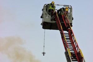 Mit dem Kehrgrät befreit die Feuerwehr den Kaminschacht von restlichem Ruß und Glutnestern.