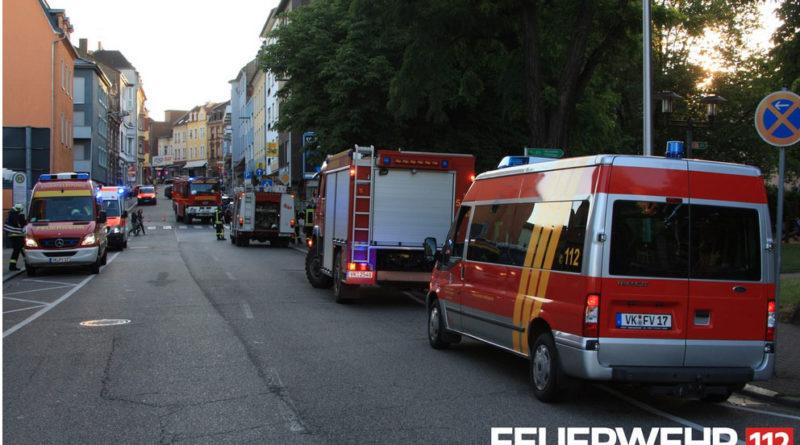 Kaminbrand: Im Einsatz waren die Löschbezirke Stadtmitte und Fürstenhausen, die Abteilung Atemschutz und die ELW-Unterstützungseinheit aus Geislautern mit 11 Fahrzeugen und 50 Einsatzkräften. Weiterhin waren auch der Rettungsdienst mit drei Fahrzeugen, die Polizei mit mehreren Kommandos und die Werkfeuerwehr Saarstahl mit einem CO2-Löschanhänger im Einsatz. (Foto: Feuerwehr Völklingen)