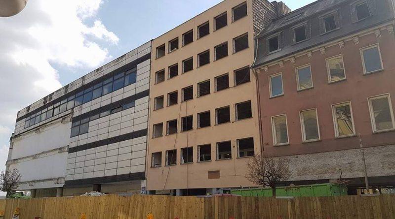 Der ehemalige Kaufhof ist scheinbar sehr zäh: Zwei Monate länger wird der Abriss dauern (Foto: Hell)