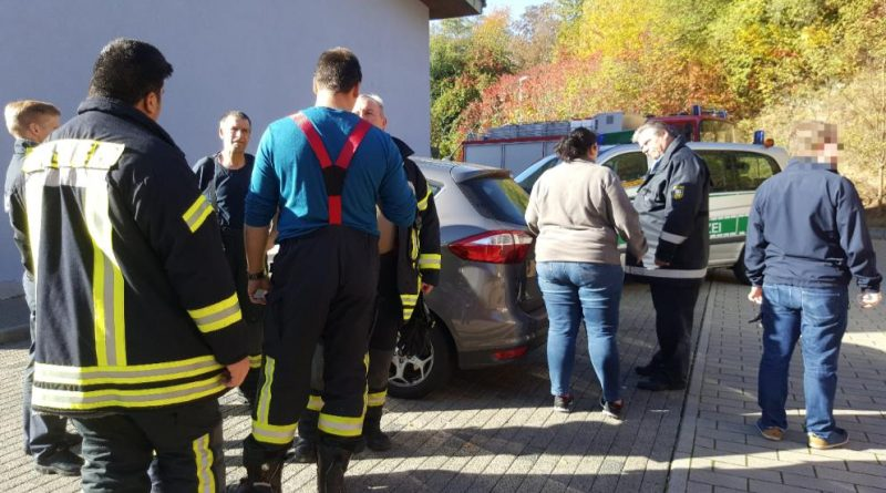 Die Feuerwehrleute und eine Helferin können nach der Rettung aufatmen: Das Kind konnte befreit werden (Foto: Avenia)