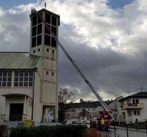 Die Feuerwehr konnte mit Hilfe der Drehleiter die losen Teile entfernen (Foto: FFW Völklingen)