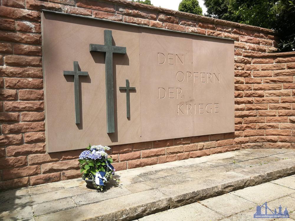 75 Jahre Kriegsende: Völklinger Stadtverwaltung legt zum Gedenken Blumenschalen an Friedhofsdenkmälern nieder
