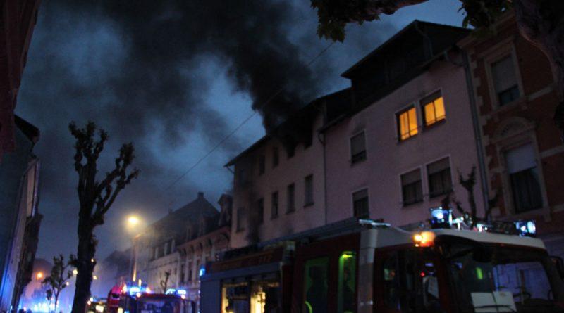 Die Feuerwehr konnte alle im Haus befindlichen Personen vor dem giftigen Rauchgas retten (Foto: Hell)