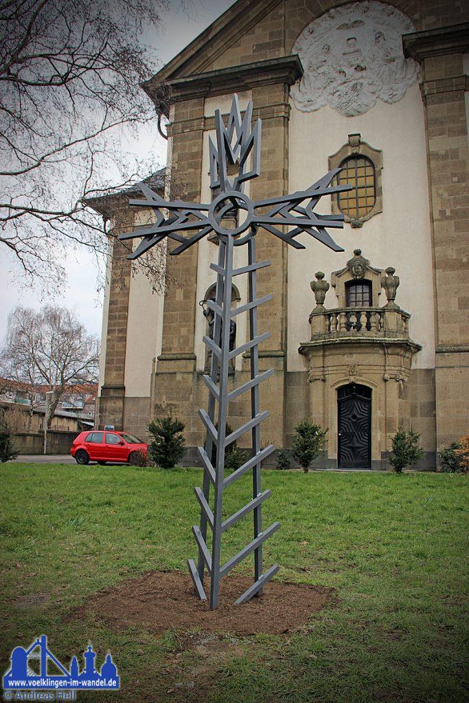 Das Kreuz vor der Versöhnungskirche. (Foto: Hell)