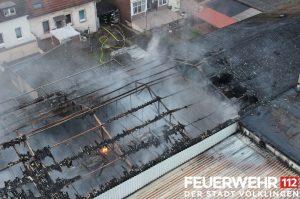 Die ausgebrannte Lagerhalle in Mitten der Wohnbebauung. Ein Brandnest ist noch deutlich zu sehen (Foto: Feuerwehr Völklingen)