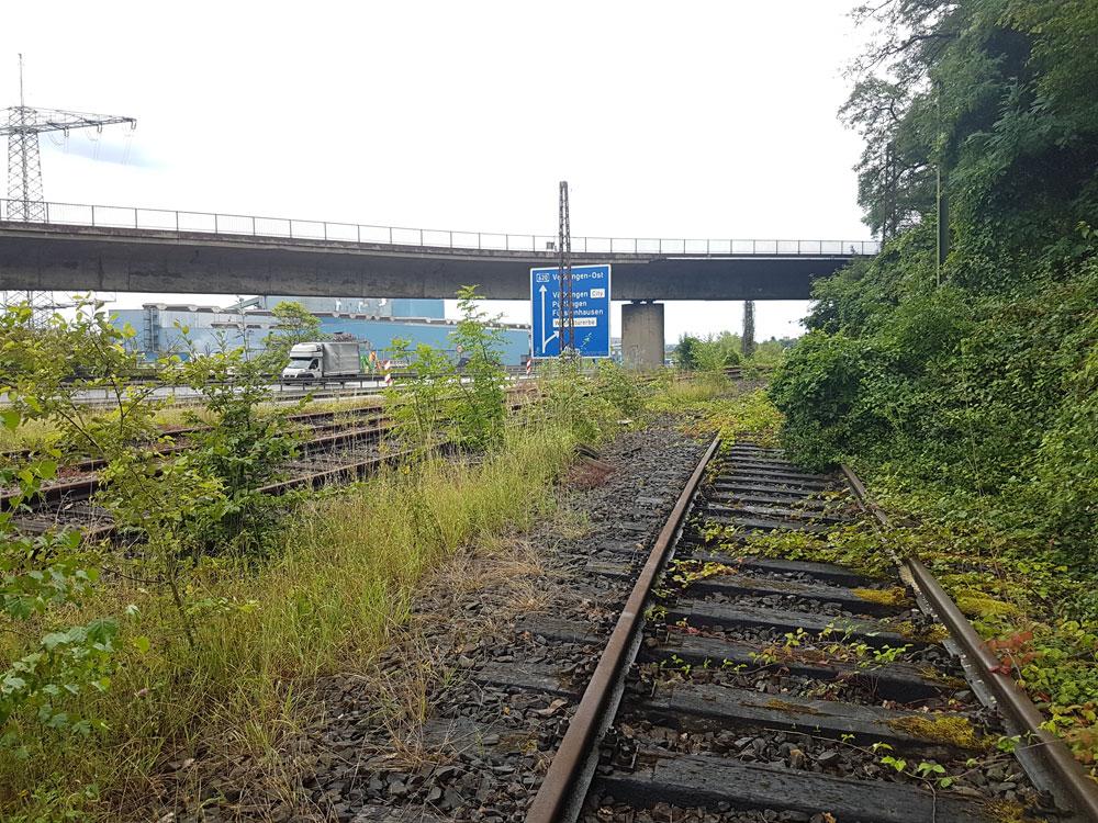 Die seit 2016 ungenutzte Bahnstrecke wäre dabei die Alternative zur parallel durch das Saartahl führenden A620 (Foto: Hell)