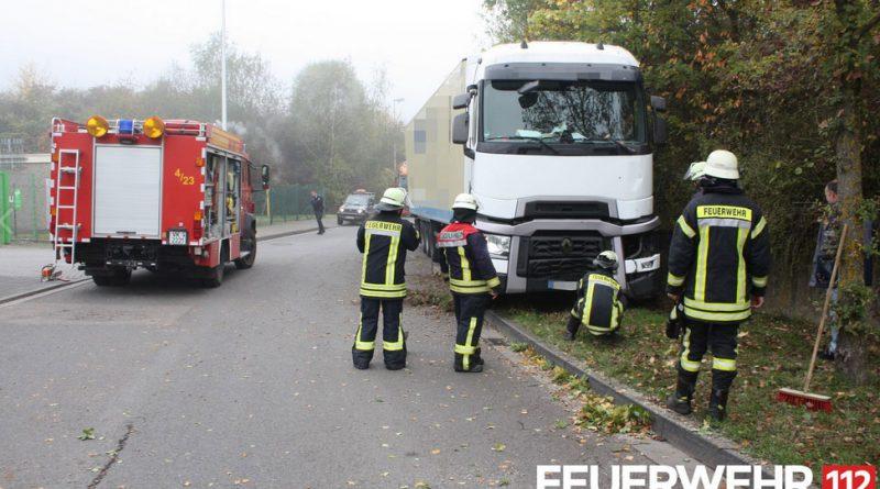 Die Feuerwehr befreit den LKW vom verklemmten Baum (Foto: FFW Völklingen)