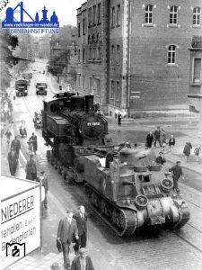 Der Transport passiert das Amtsgericht, und erklimmt den Heidstock. © Eisenbahnstiftung