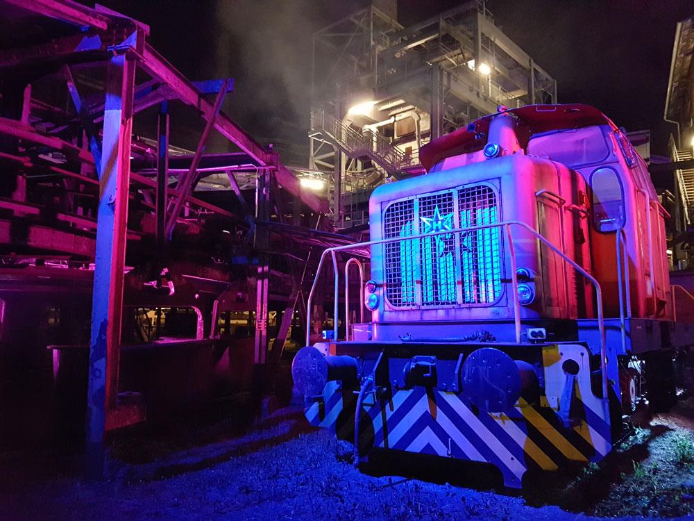 Die bunte Lokomotive ist neben den Stages wohl das beliebeste Foto-Motiv der Festivalgeländes (Foto: Hell)