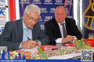 Lorig unterzeichnet den Mietvertrag (rechts FCS-Präsident Ostermann) - Foto: A.Hell