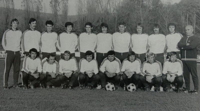 1. Mannschaft 1972: Südwestdeutscher Vizemeister. SV Röchling Völklingen 06 1. Aufstiegsrunde zur 1. Bundesliga Stehend: Kremer, Hommrich, Geimer, Müller, Schunk, Schuchmann, Fuhrmann, Kowalczik, Kraus, Rossellen, Trainer Momirski Knieend: Spohr, Schygulla, Pecka, Pötzschke, Kirsch, Stars, Ondera, Link Foto: Sammlung svr06.de