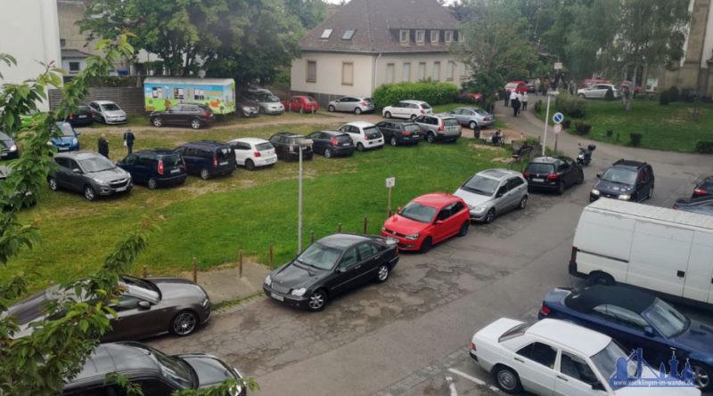 Ein weiterer Wunsch blieb den Bürgern bereits verwehrt: Sie forderten mehr Parkplätze, den Bedarf macht dieses Foto deutlich. Dies verweigerten die Förderer des Bauprojekts. (Foto: Hell 2019 /Archiv)