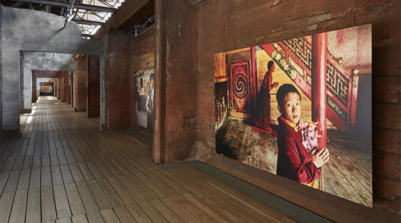 """Die Ausstellung """"Steve McCurry. Buddhismus - Fotografien 1985 bis 2013"""" im Weltkulturerbe Völklinger Hütte Copyright: Weltkulturerbe Völklinger Hütte/Hans-Georg Merkel"""