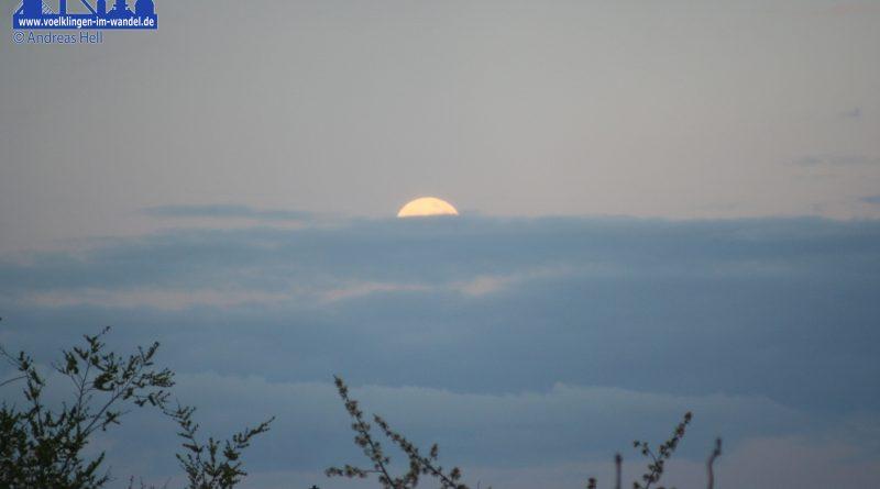 Mond hinter den Wolken (Foto: Hell)
