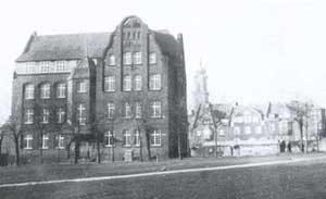 Ehemalige Volksschule, 1906 erbaut und 1990 restauriert.