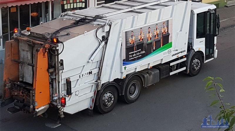 Bei der Arbeit: Das Entsorgungsunternehmen sammelt den Müll ein (Foto: Hell)