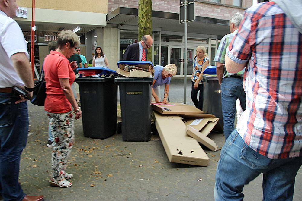 """Müllablagerungen mitten in der Poststraße, """"gekrönt"""" von einem Hundehaufen (Foto: Hell)"""