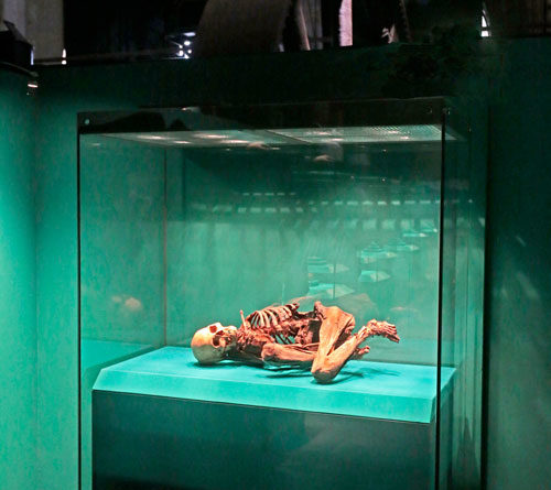 """Mumie einer Frau Peru, 14. Jahrhundert Reiss-Engelhorn-Museen Mannheim Exponat der Ausstellung """"Inka - Gold. Macht. Gott."""" im Weltkulturerbe Völklinger Hütte Copyright: Weltkulturerbe Völklinger Hütte/Karl Heinrich Veith"""