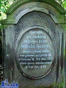 """Hier eine Aufnahme (von Andreas Hell 2001) des Grabsteins von Wilhelm Nessler, heute zu sehen im """"Bürgerpark"""""""