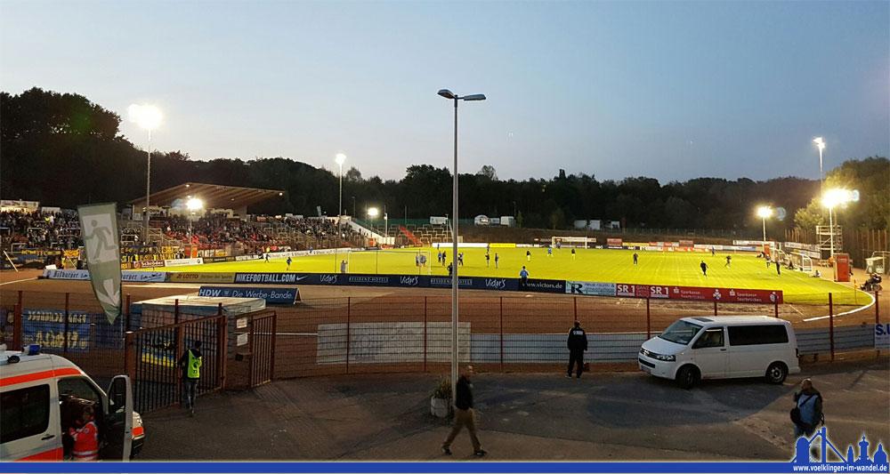 Dank fünf zusätzlichen Flutlichtmasten gab es mit der Sicht im Hermann-Neuberger-Stadion keine Probleme (Foto: Hell)