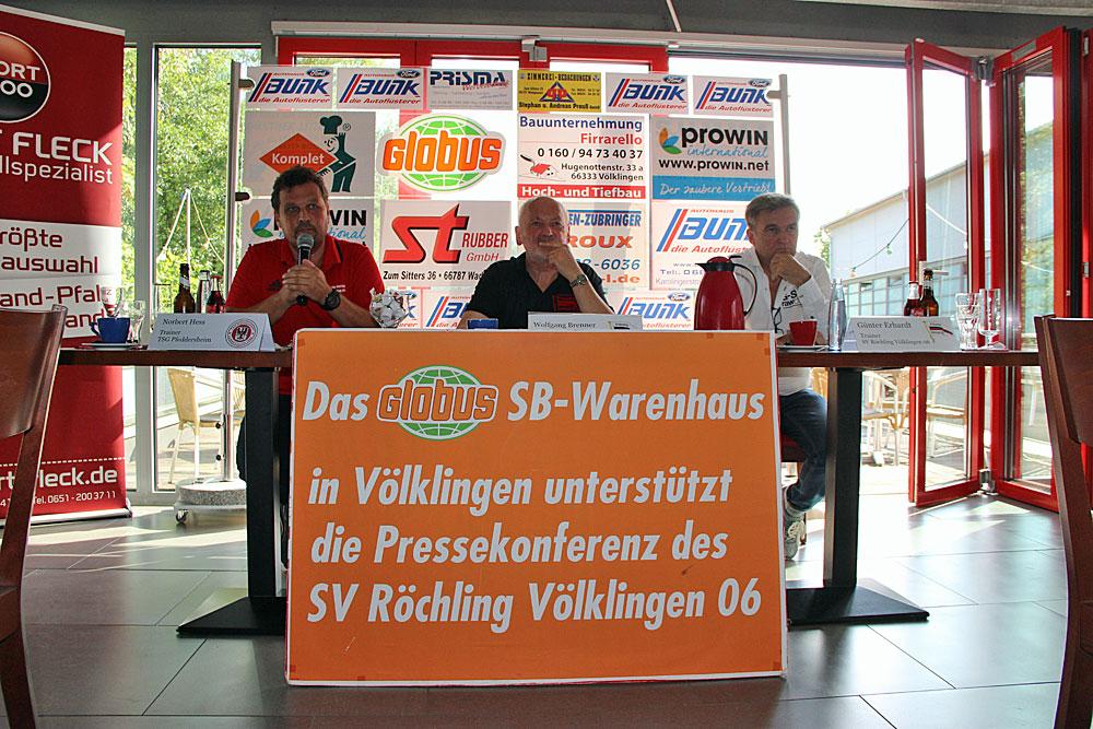 """Norbert Hess (links neben Wolfgang Brenner und Günter Erhardt) nimmt es mit fairem, sportlichem Humor: """"Ich bin wohl euer Lieblingstrainer! In 5 Jahren holte ich hier nur einen Punkt!"""" (Foto: Hell)"""