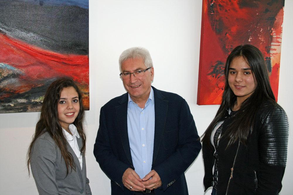 Tia Aggoune und Amanda Salja mit dem Rathauschef Oberbürgermeister Klaus Lorig (Foto: Stadt VKL)