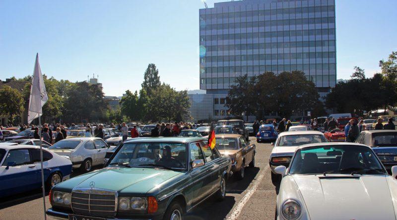 Der prall gefüllte Hindenburgplatz war nur einer von vier Plätzen, auf denen es die Oldtimer zu bewundern gab. (Foto: Hell)