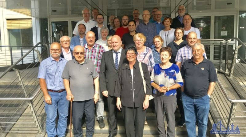 Der neue Ortsrat zusammen mit verabschiedeten Mitgliedern des alten Ortsrates und dem Bürgermeister Christpof Sellen. (Foto: Stadt/LH)