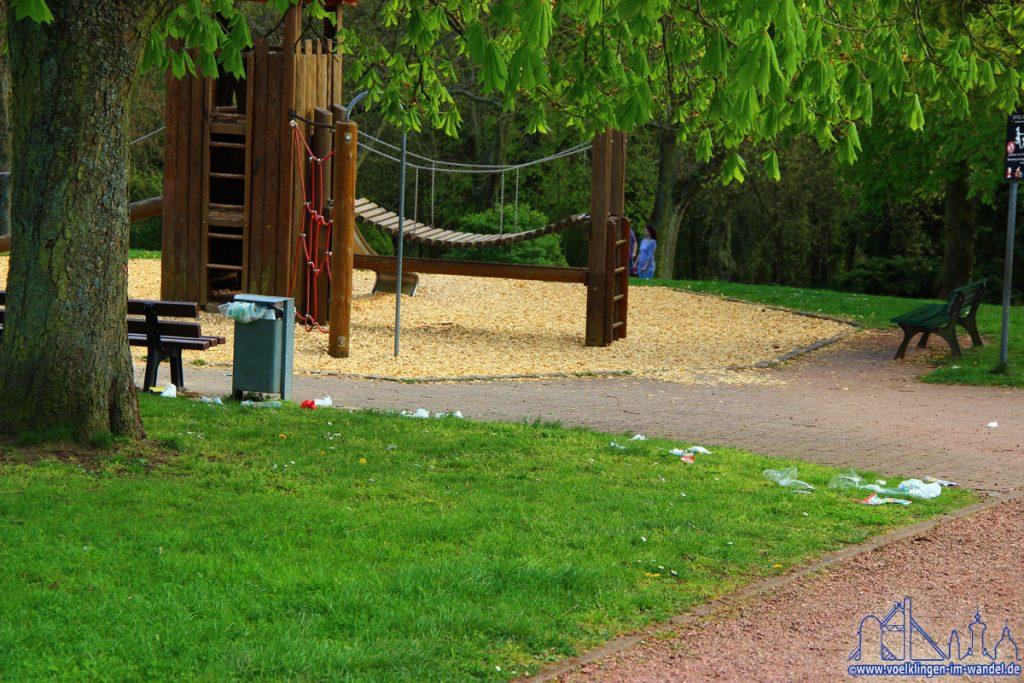 Müll in Parkanlagen ist nur eines von vielen Problemen in Völklingen (Foto: Hell)